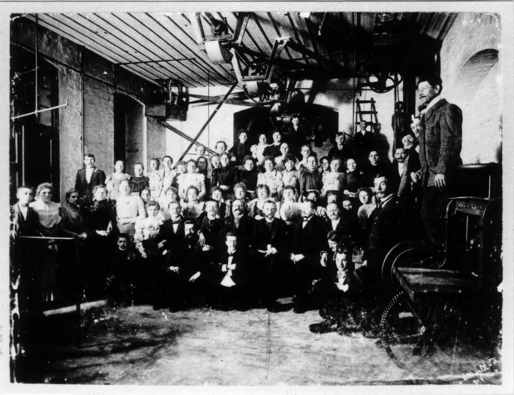 Die Mitarbeiter der Metallwaren-Fabrik